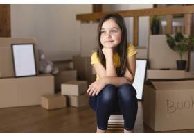 全景拍摄的女孩坐在室内_12976362