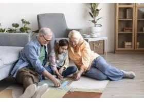全景拍摄祖父母和孩子玩拼图_12892286