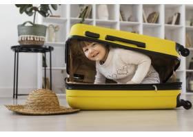 全景笑脸女孩坐在行李里_13106687