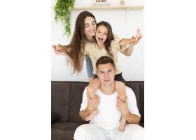 前视家庭在家中共度时光_10700500
