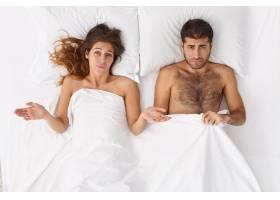 头像中疑惑的女人和她的丈夫在床上有性问题_13189121
