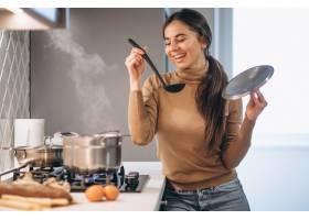 女人在厨房做饭_3962559