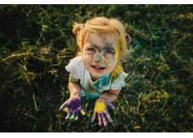 女孩展示了她的小手掌上面覆盖着五颜六色_2913973