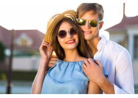 浪漫情人节优雅复古情侣的夏日时尚形象在_10068289
