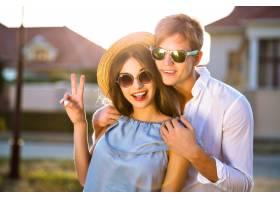 浪漫情人节优雅复古情侣的夏日时尚形象在_10068290