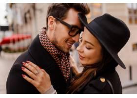 浪漫情侣面对面拥抱微笑温暖舒适的色彩_13012327