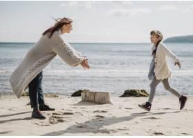 海滩上的全景母女_11105713