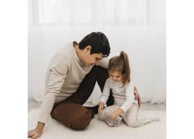 父亲和他的女儿花时间在一起_11904723