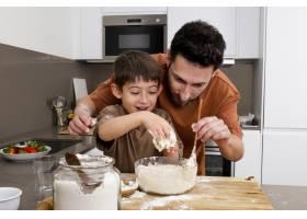 父亲和孩子一起做饭_13402833