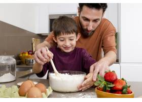 父亲和孩子一起做饭_13402836