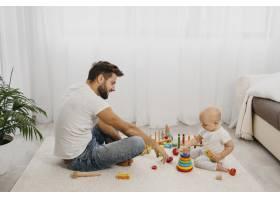 父亲和孩子一起玩耍的侧观_11904627