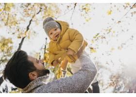 父亲和孩子在外面的低角度_11904657
