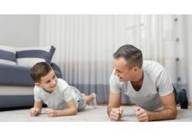 父亲和孩子在室内玩耍_12396528