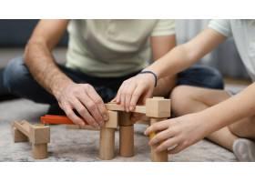 父亲和孩子玩玩具的前景_12396527