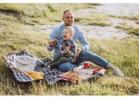 父亲带着儿子在公园野餐_5496284