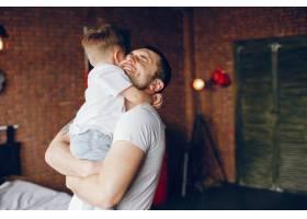 父亲带着年幼的儿子_3588889