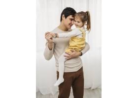 父亲抱着女儿的前景_11904729