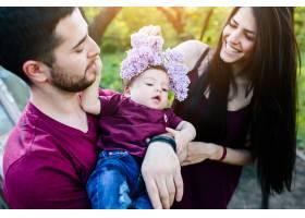 父亲抱着婴儿母亲敬献花圈_984649