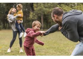 父母和孩子一起在外面玩耍_11103584