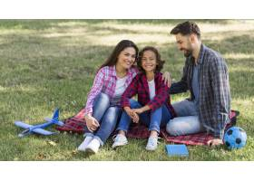 父母和孩子在户外共度时光_9860919