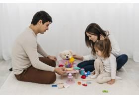 父母在家陪女儿玩耍_11904719