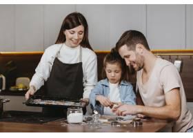 父亲母亲和女儿一起做饭的幸福家庭_11766038