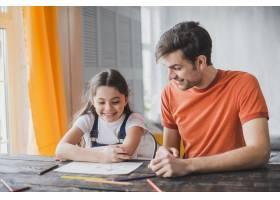 父亲节那天父亲和女儿一起绘画_2119781