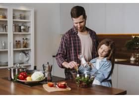 父女在厨房做饭的前景_11765742