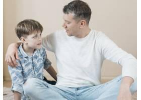 父子俩在地板上聊天_7748298
