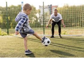 父子俩踢足球_11176049