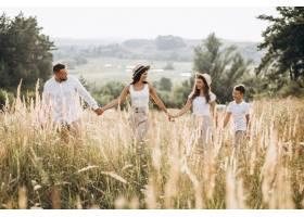 父母带着孩子在田野里散步_5508148