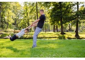 爸爸和儿子在公园里玩耍_10323004