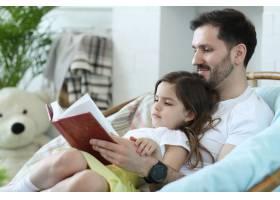 爸爸和女儿一起在家里_9932314