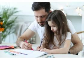 爸爸和女儿在做作业_9931251