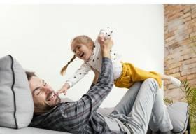 爸爸和孩子玩得开心_12552941