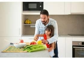 爸爸教女儿做沙拉女孩和她的父亲在厨房柜_9649208