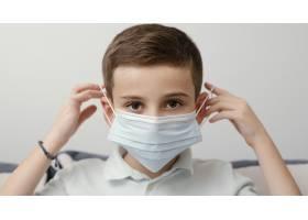 留在室内戴医用口罩的孩子_12396098