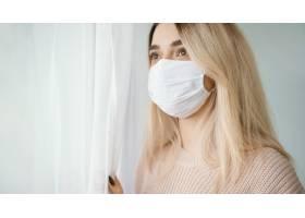 留在室内戴白色医用口罩的妇女_12396084