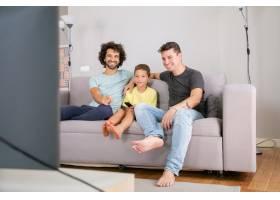 快乐的同性恋父子在家看滑稽的电视节目坐_11298084