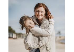 快乐的女孩和妈妈在一起玩得开心_11105724