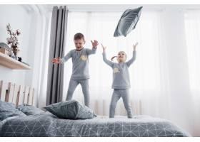快乐的孩子们在白色的卧室里玩耍小男孩和_9277240