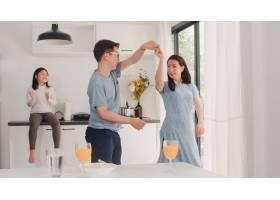 快乐的年轻亚洲家庭早餐后在家听音乐跳舞_6141987