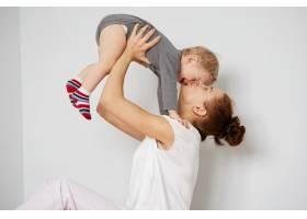 快乐的年轻母亲家里有个小儿子_10323869