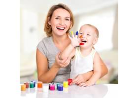 快乐的年轻母子和手绘的孩子_10729945
