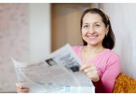 快乐的成熟女人喜欢看报纸_1186541