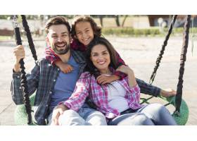快乐的父母和儿子一起在公园里_9860994