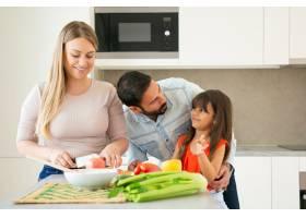 快乐的父母和孩子一起做饭女孩一边和爸爸_9649858