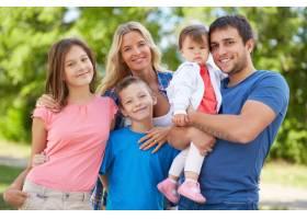 快乐的父母带着孩子在公园里_857782