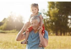 快乐的爷爷和孙女在户外玩得很开心白发男_8987953