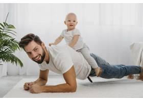快乐的爸爸和宝宝在家中一起玩耍_11904636